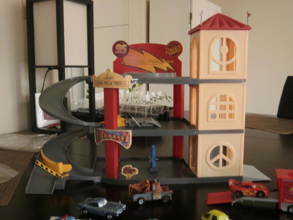 Luigis 39 casa della tires lightning mcqueen garage and for Planimetrie della casa senza garage