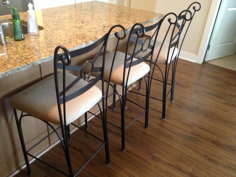 Table 4 Chairs And Matching 3 Bar Stools Outside Nanaimo