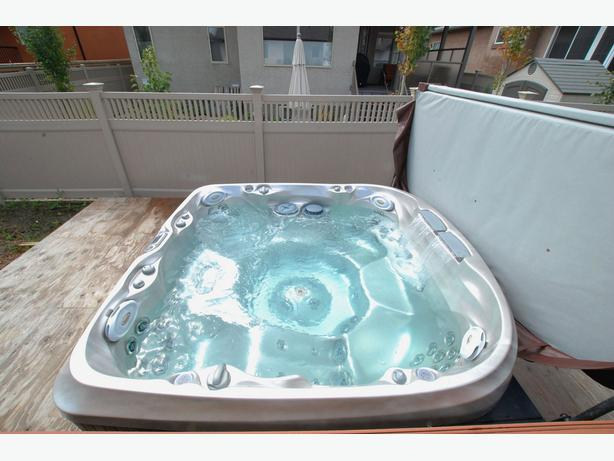 Jacuzzi J 480 Large Designer 6 Seater Hot Tub North