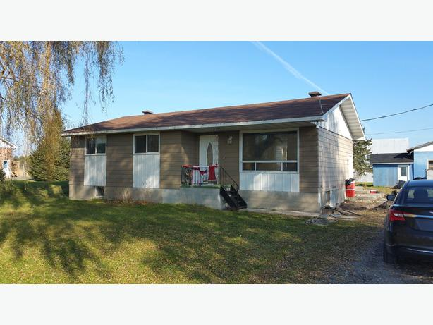 3 BEDROOM, 2 BATHROOM BOURGET HOME ON 1.6 ACRES!