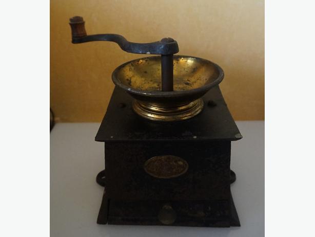 4U2C ANTIQUE CAST IRON COFFEE GRINDER