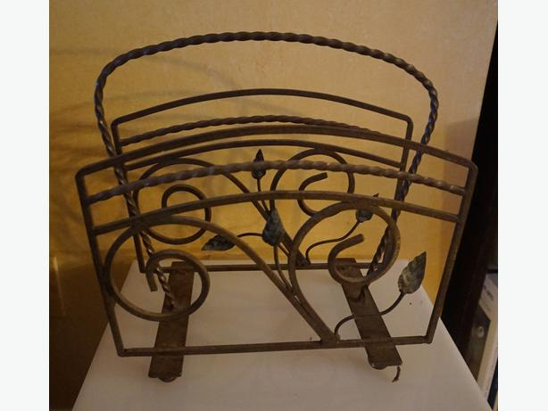4U2C VINTAGE WROUGHT IRON MAGAZINE STAND