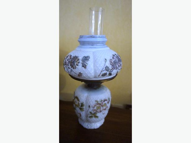4U2C RARE ANTIQUE OIL LAMP. FLORAL RAISED MOTIF HAND PAINTED