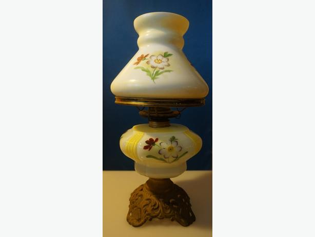 4U2C ANTIQUE PARLOR OIL LAMP ORNATE BASE WHITE YELLOW RED FLOWER