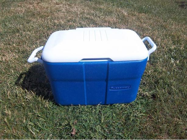 """Rubbermaid"" cooler"