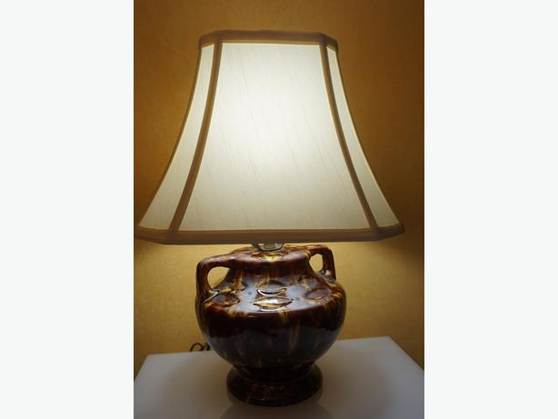 4U2C RETRO VINTAGE MOTTLED BROWN TWO HANDLE LAMP