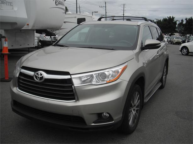 2015 toyota highlander xle 3rd row seating outside comox valley campbell river. Black Bedroom Furniture Sets. Home Design Ideas