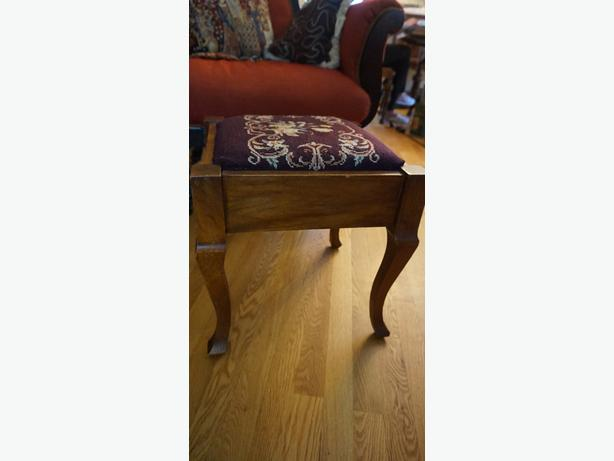 4U2C  ANTIQUE  OAK WOOD STOOL NEEDLE POINT SEAT