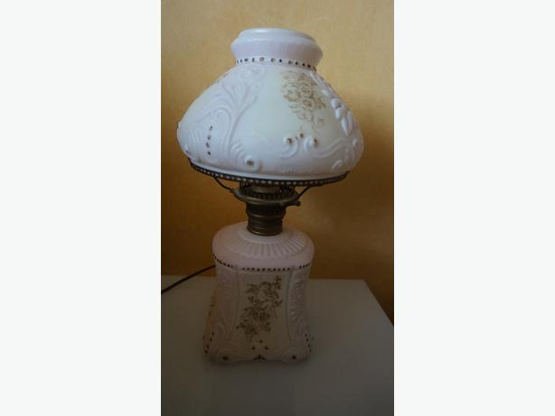 4U2C ANTIQUE ELECTRIFIED WITH WHITE GOLD ACCENT PARLOR OIL LAMP