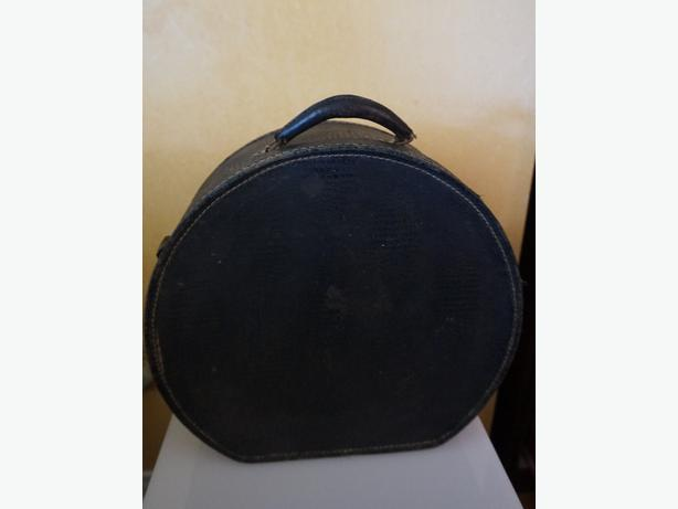 4U2C  VINTAGE BLACK HAT BOX SUITCASE