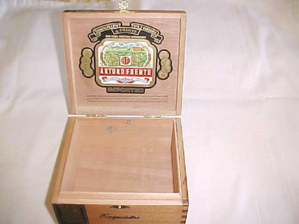 VINTAGE EXQUISITOS CIGAR BOX