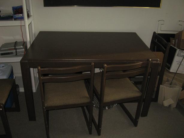 NICE WOODEN KITCHEN TABLE AND 4 CHAIRS