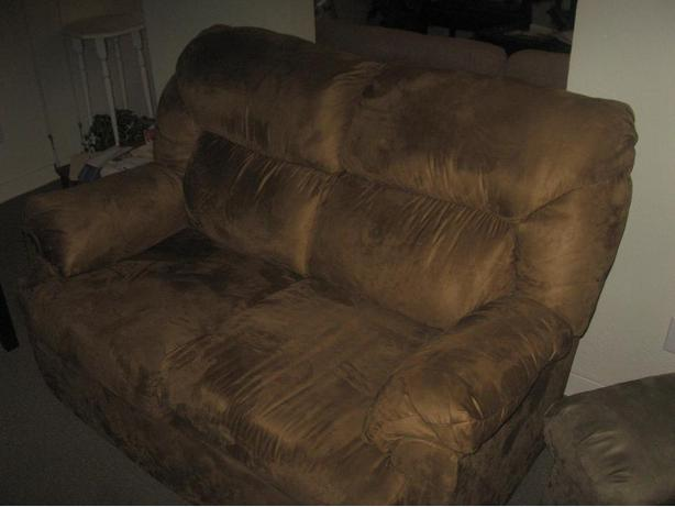 2 Seater Love Seat In Near Mint Condition