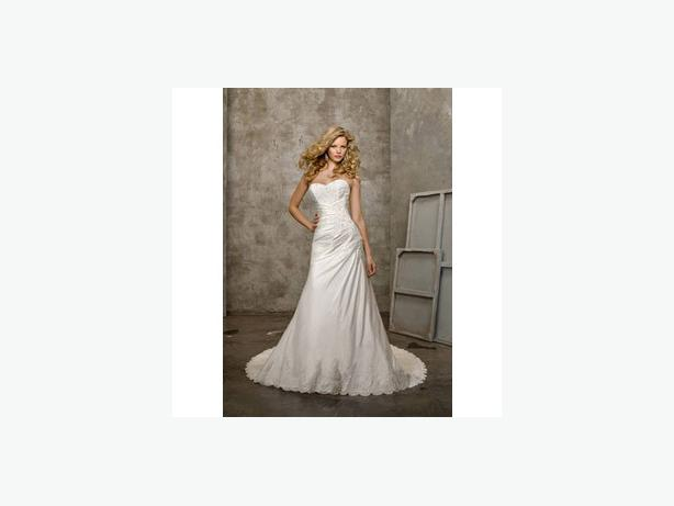 Beautiful wedding dress size 4 6 west shore langford for Used wedding dresses victoria bc