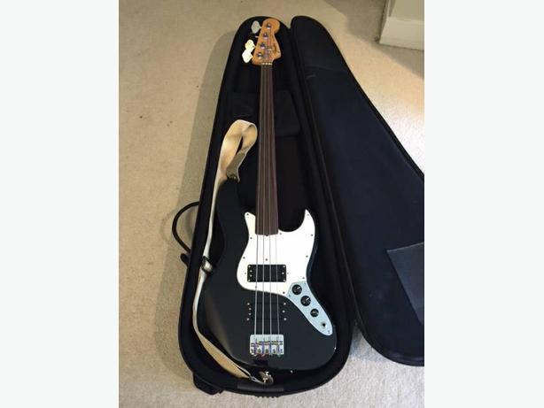 1997 Fender Jazz Fretless bass guitar