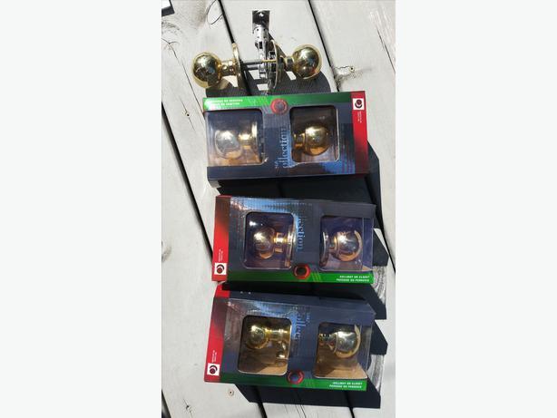 Box of assorted door hinges, door handles, 30 brass cupboard knobs