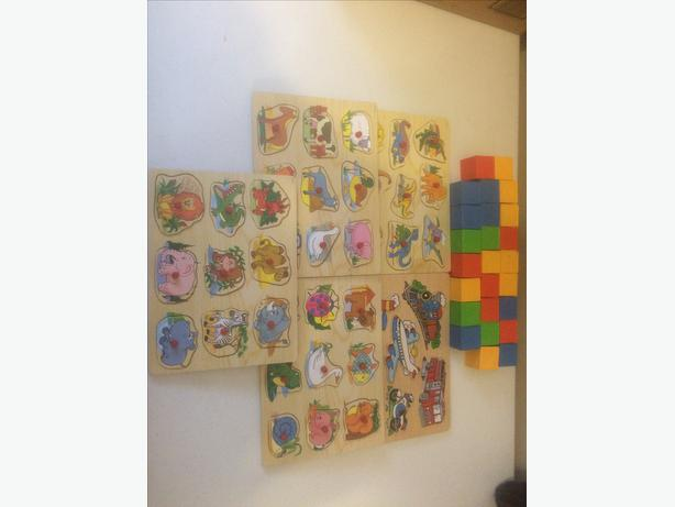 5 WOODEN PUZZLES AND 25 PLASTIC BLOCKS