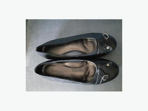 Ladies leather shoes Size 7W