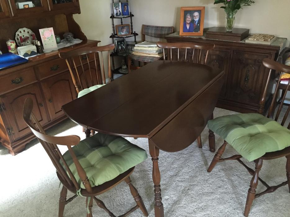 Vilas maple dining room table with 4 chairs west shore for Dining room tables kelowna