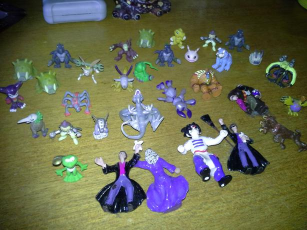 32 Pokemon figures