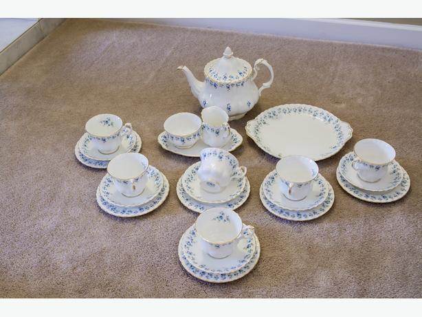 LOVELY 24-PIECE ROYAL ALBERT MEMORY LANE CHINA TEA SET