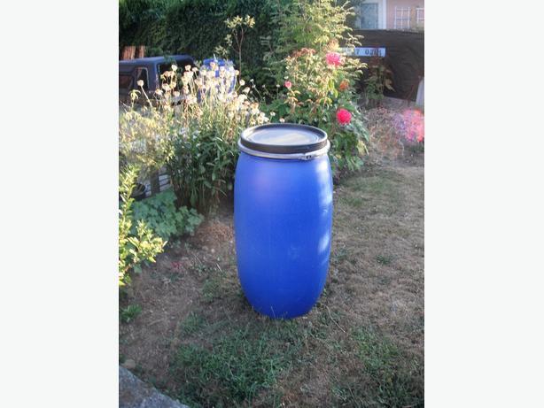 Rain barrel with lid