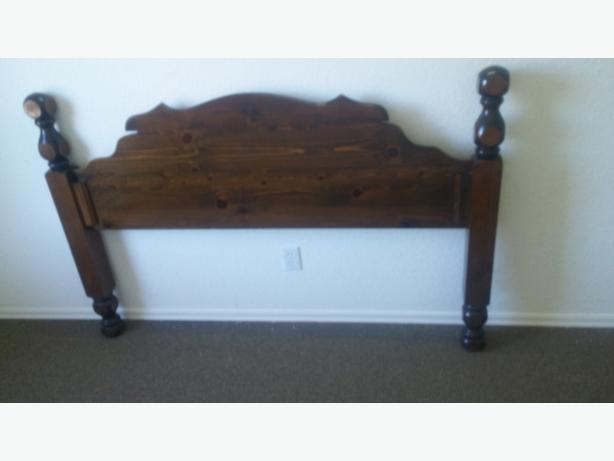 BEAUTIFUL DARK OAK QUEEN SIZE HEAD BOARD ( VERY RICH LOOKING )
