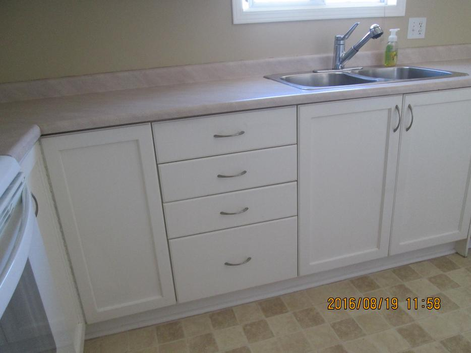 White kitchen cabinets south nanaimo nanaimo for Kitchen cabinets nanaimo