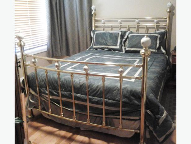 Bagots Coventry Solid Brass Queen Bed with Porcelain Balls