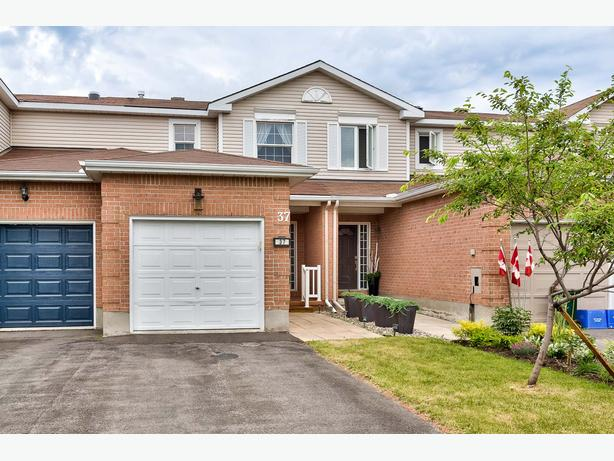 WOW! PRICE REDUCED, GORGEOUS FREEHOLD 3-BED TOWNHOME ONLY $264,900!!