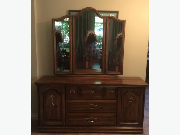 Wooden long dresser with mirror Campbell River, Campbell River