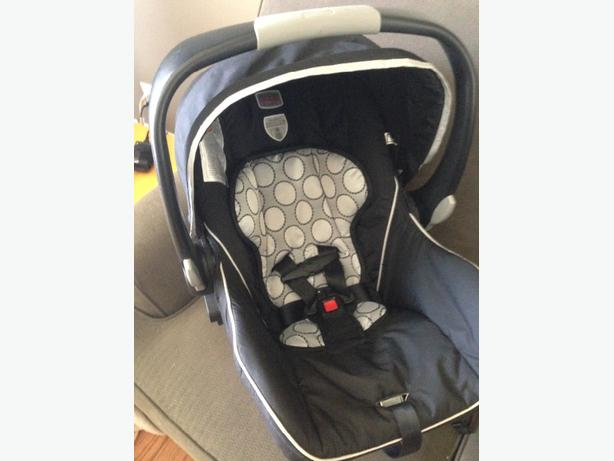 britax infant car seat with 2 bases east regina regina. Black Bedroom Furniture Sets. Home Design Ideas