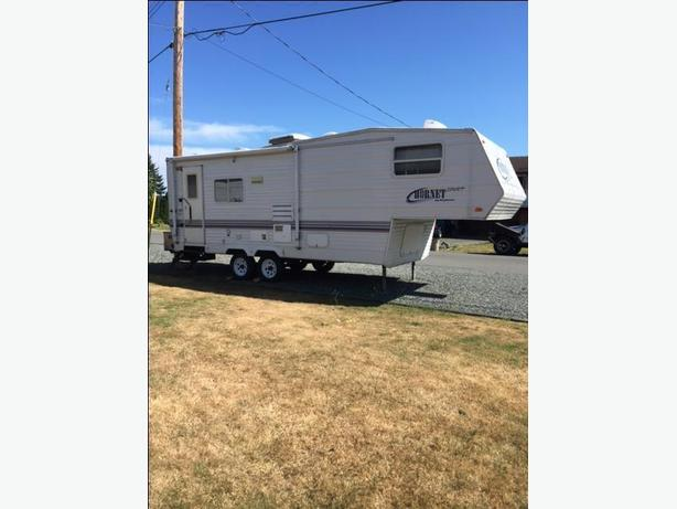 Immaculate 2002 25 1/2 foot 5th wheel travel trailer with slide