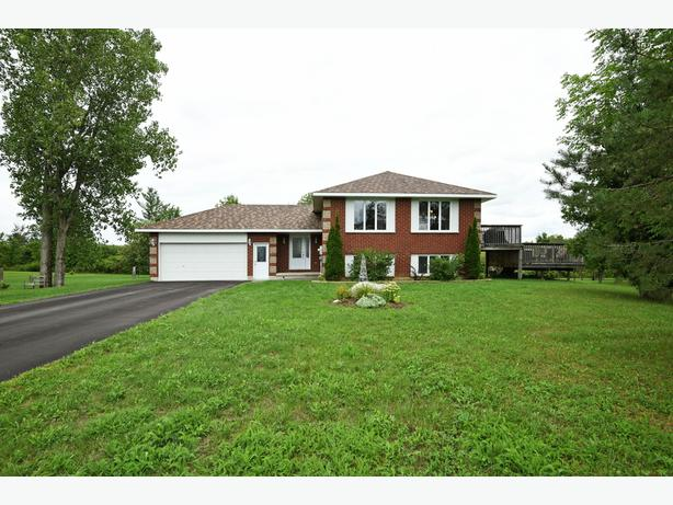 2 + 1 BED, 2 BATH HOME IN CLOVERDALE ESTATES ON 1 ACRE LOT!