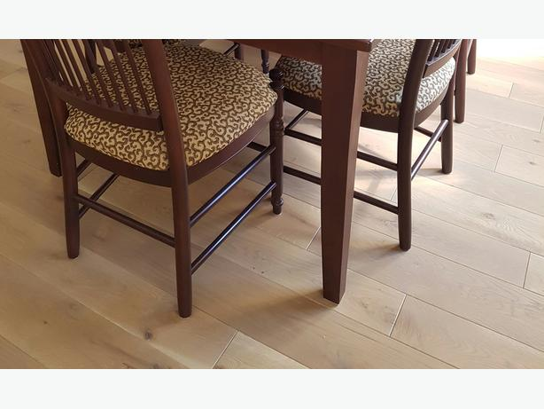 Dining room table with 2 leafs and 8 chairs comox for Dining room tables montreal