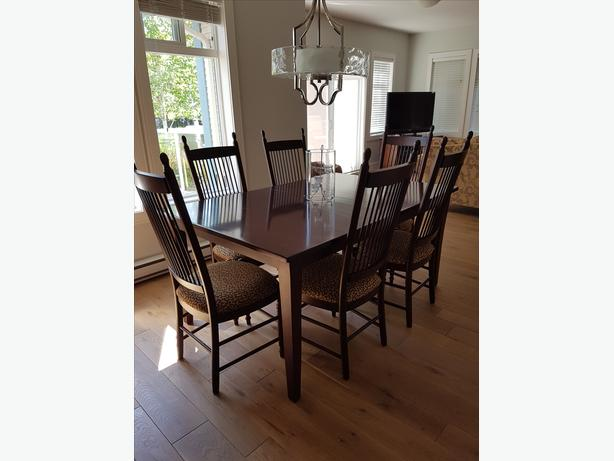 Dining room table with 2 leafs and 8 chairs