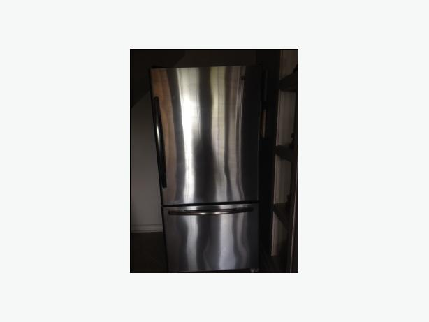 22.1 Cu. Ft. STAINLESS STEEL REFRIGERATOR WITH BOTTOM FREEZER