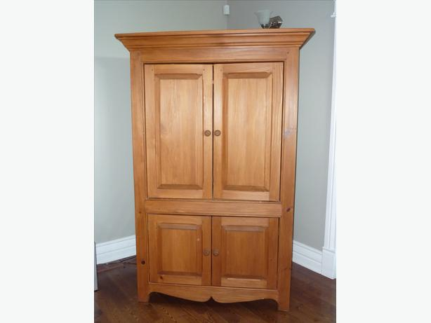 solid wood armoire armoire en bois massif aylmer sector. Black Bedroom Furniture Sets. Home Design Ideas