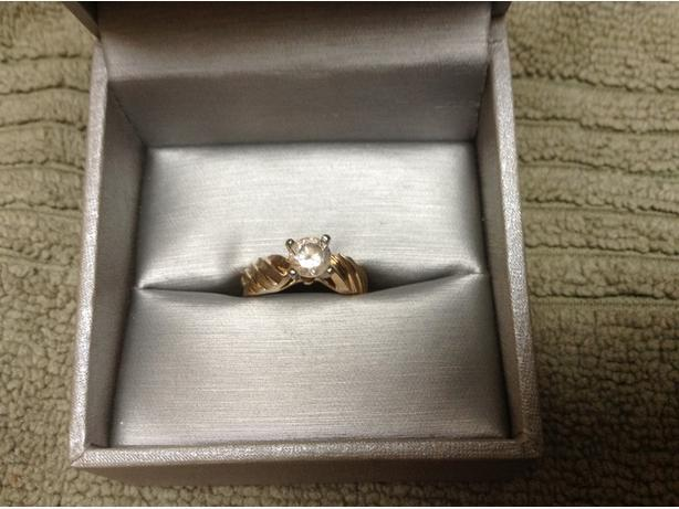 Ladies 10 carat ring