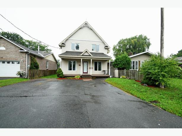 SPACIOUS 3 BEDROOM 2 STOREY HOME IN PINEVIEW FOR SALE!