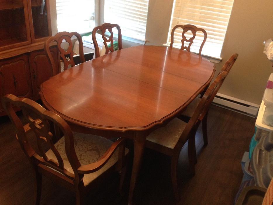 Free pick up today solid wood dining room table china for Dining room tables kelowna