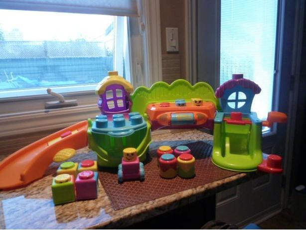 Fisher-Price Stack 'n Surprise Blocks Songs 'n Smiles Sillytown Playset