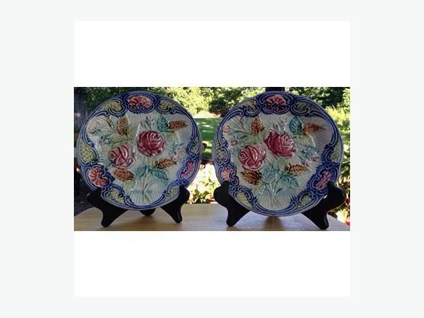 Pair of majolica plates from Wasmuel, Belgium. Circa 1890 – 1900.