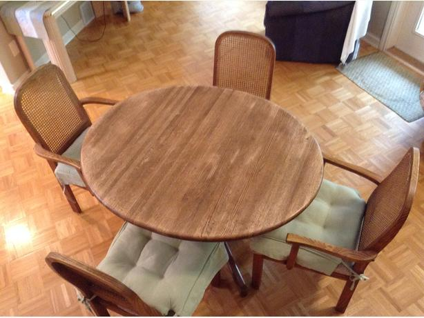 solid oak oval dining table and 4 chairs qualicum nanaimo