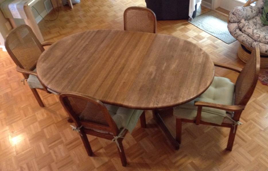 Solid oak oval dining table and 4 chairs Qualicum Nanaimo : 55265062934 from www.usednanaimo.com size 934 x 597 jpeg 67kB