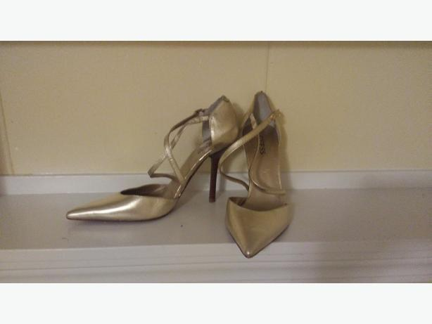 GUESS (new) gold strappy pumps size 8.5M