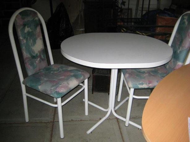 CUTE TINY WHITE TABLE & CHAIRS !