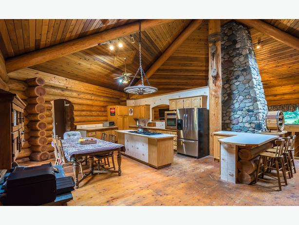 Beautiful 5 Bedroom Custom Built Log Home Minutes From The Beach