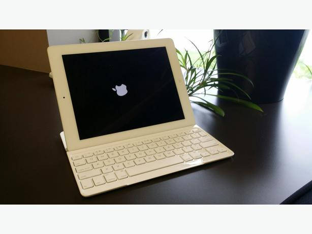 Ipad 16G with carrying case and keyboard