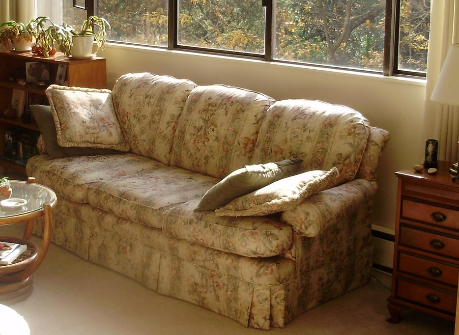 Pretty old fashioned floral sofa top quality sklar peppler for Old fashioned couch
